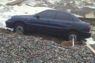 В Киеве из-за мощного ливня провалился грунт с припаркованными автомобилями