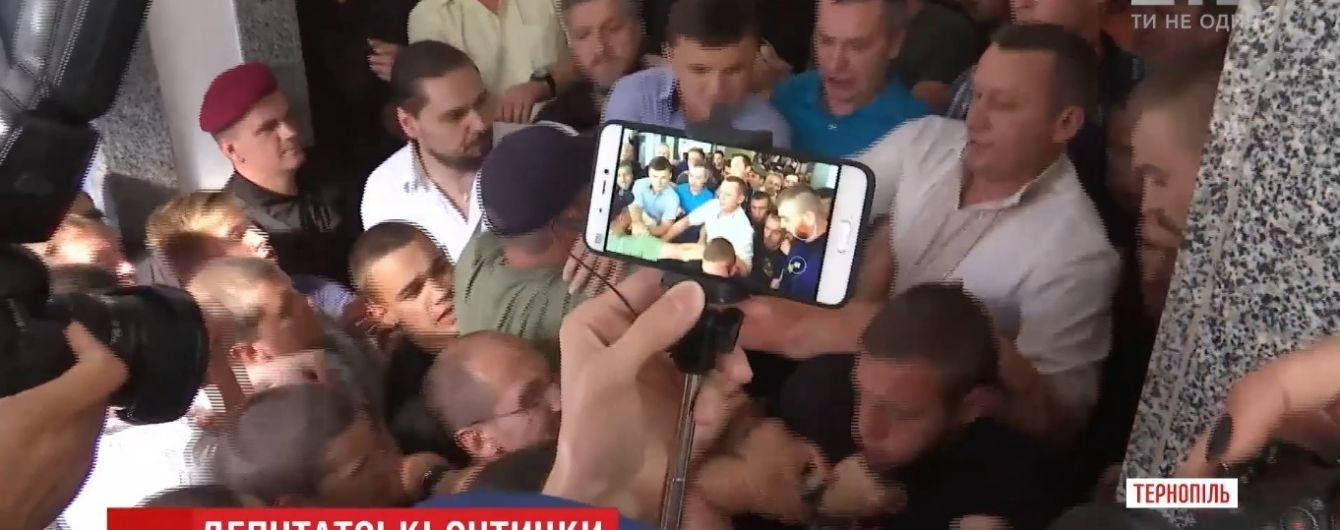 Масова бійка в мерії Тернополя зірвала засідання міської ради