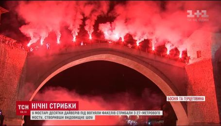 В Боснии и Герцеговине поразили зрелищным погружением в реку с факелами