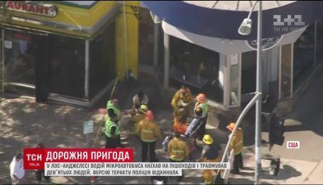 В Лос-Анджелесе водитель микроавтобуса влетел в толпу