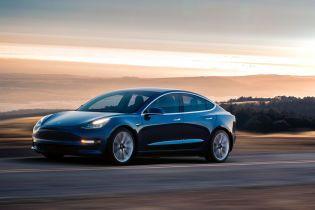 Tesla Model 3 на автобане разогнали до 220 км/час
