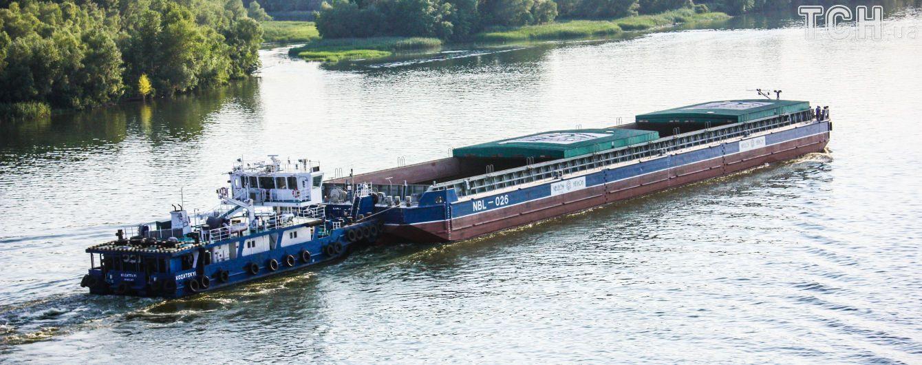 Баржа з кавунами після мандрів Дніпром наближається до фінішу