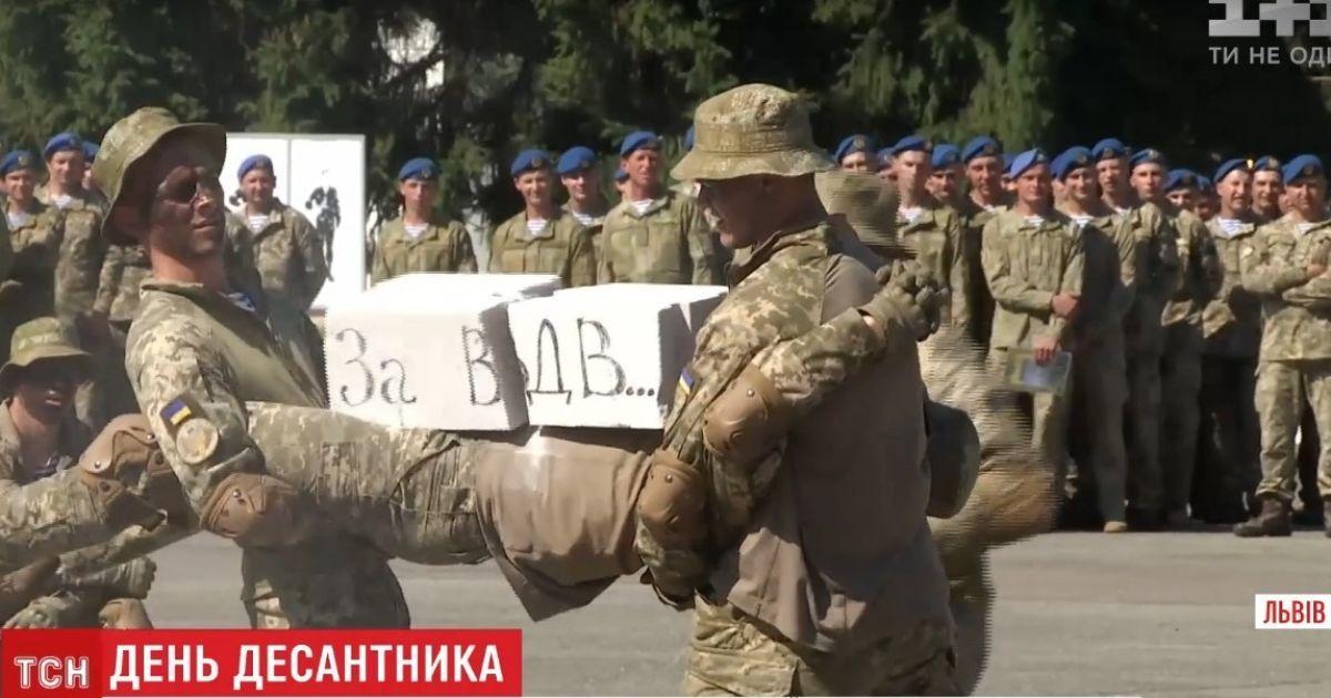 Под залпы артиллерии и с парашютными прыжками: в Украине отгуляли день ВДВ
