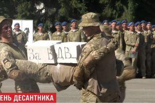 Під залпи артилерії та з парашутними стрибками: в Україні відгуляли день ВДВ