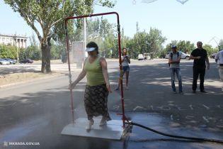 """В центре Николаева для спасения от аномальной жары установили """"душ"""""""