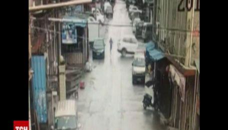 Китаец перепутал тормоза с газом на своей новой машине и задавил пешехода