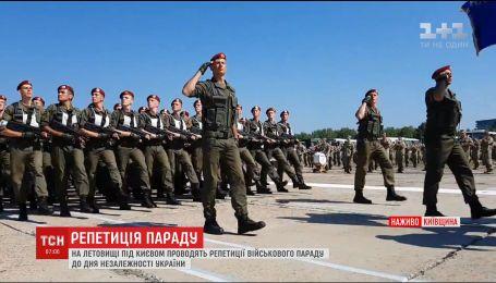Українські військові готуються до параду на День Незалежності