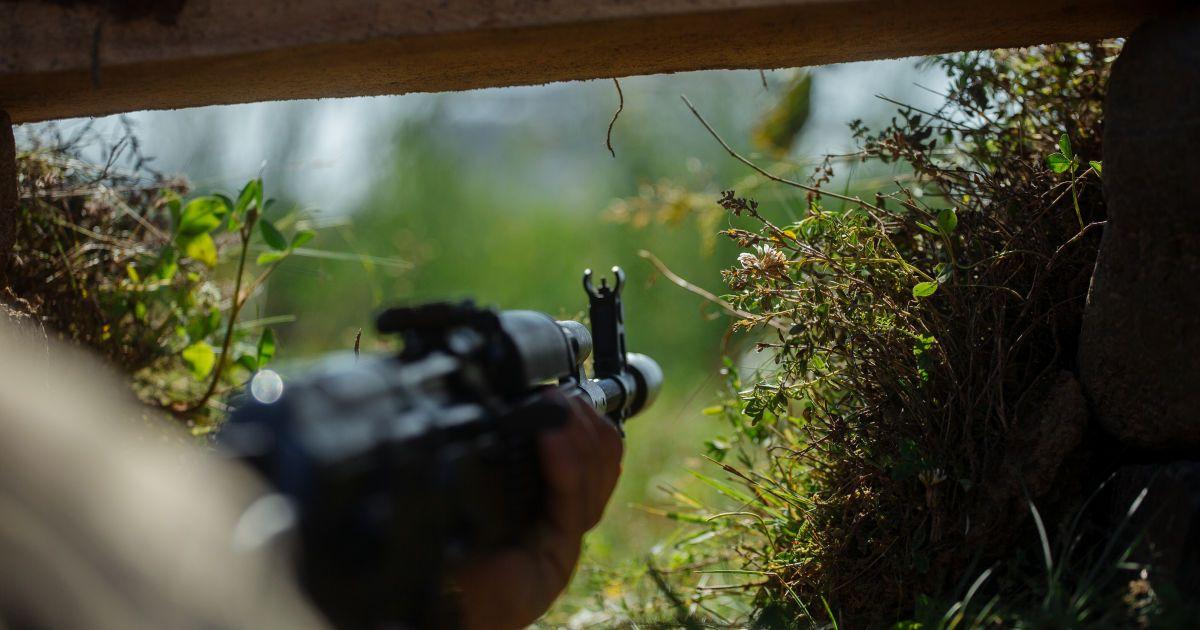 На Донбасі бойовики поранили чотирьох українських військових