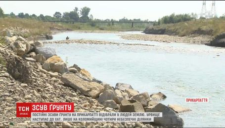 Постоянные оползни на Прикарпатье отбирают у местных землю