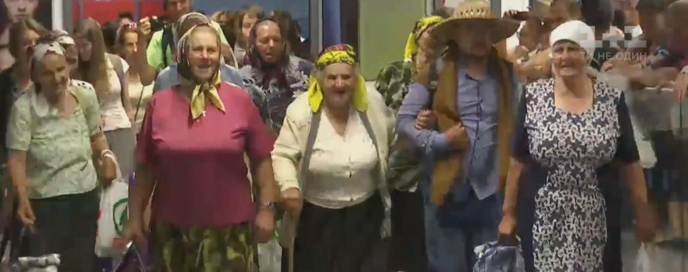 """""""Безвизовые"""" бабушки вернулись самолетом домой после европейских гастролей"""