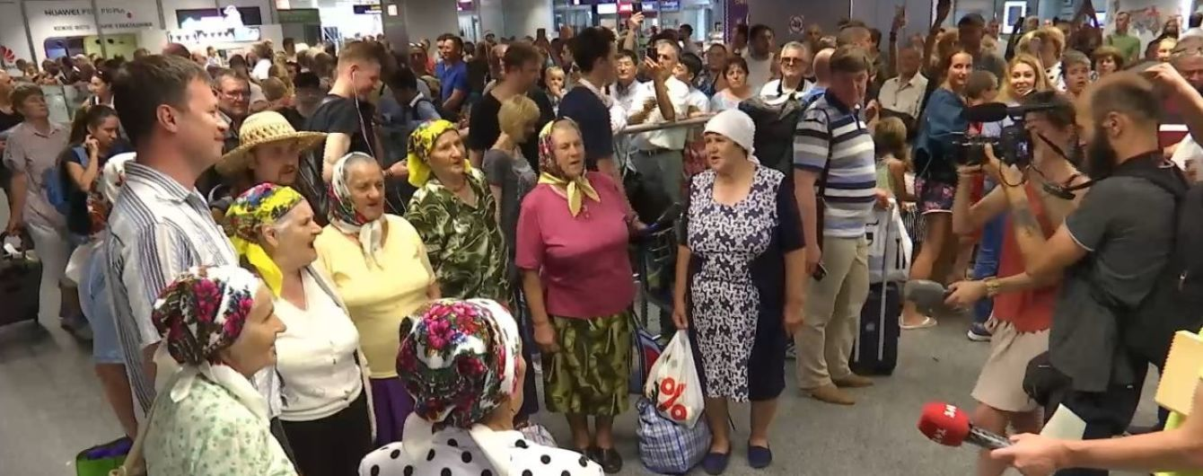 """""""Безвизовые"""" бабушки вернулись домой звездами и рассказали подробности своих еврогастролей"""