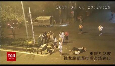 В Китае переполненный людьми мотоцикл на скорости врезался в легковой автомобиль и загорелся