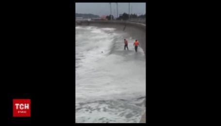 Полицейские жертвовали своей жизнью, чтобы спасти из бушующего моря пьяного хулигана