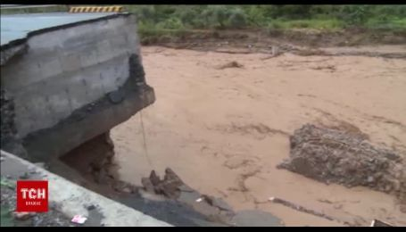 У Китаї через сильні повені та зсуви ґрунту обвалилася частина дороги