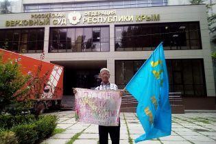 В оккупированном Крыму задержали 76-летнего пикетчика с болезнью Паркинсона