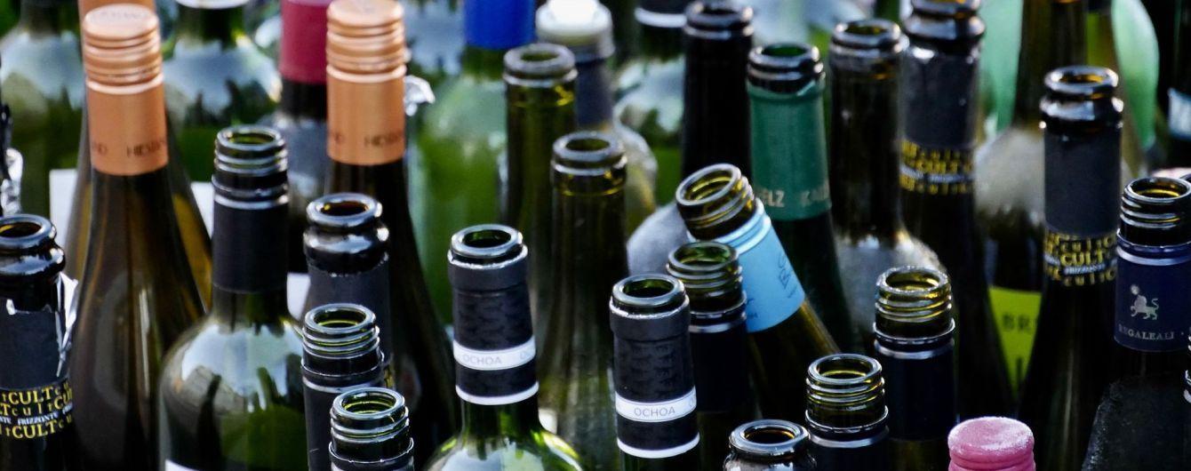 В Запорожье участковый незаконно обыскал кафе, изъяв 79 бутылок алкоголя