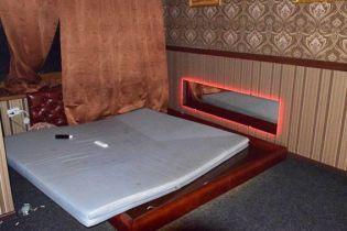 У Маріуполі викрили бордель, де дівчатам видавали сертифікати з курсу інтимного масажу