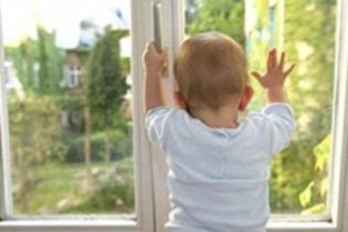 Другий день народження: на Херсонщині дитина випала з 4-го поверху і відбулася подряпинами