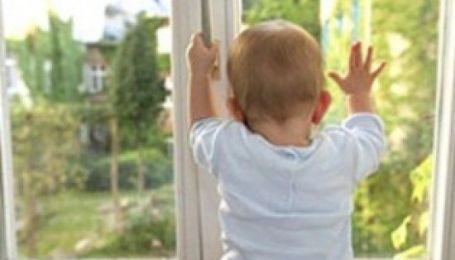 Второй день рождения: на Херсонщине ребенок выпал с 4-го этажа и отделался царапинами
