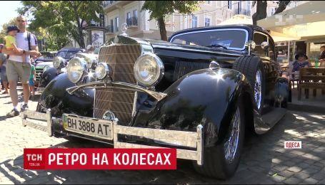 На Дерибасовской в Одессе устроили показ раритетных автомобилей и мотоциклов