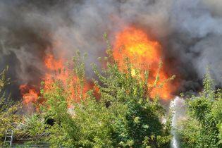 У Миколаєві масштабно спалахнув будинок: рятувальникам понад годину не вдається приборкати полум'я