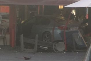 Во Франции автомобиль намеренно въехал в пиццерию, погибла 8-летняя девочка