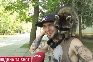 Енот в большом городе: киевлянин рассказал, как ему живется с необычным домашним любимцем
