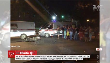 В Одесі водій BMW на шаленій швидкості збив дівчину-мотоциклістку і протаранив три автівки