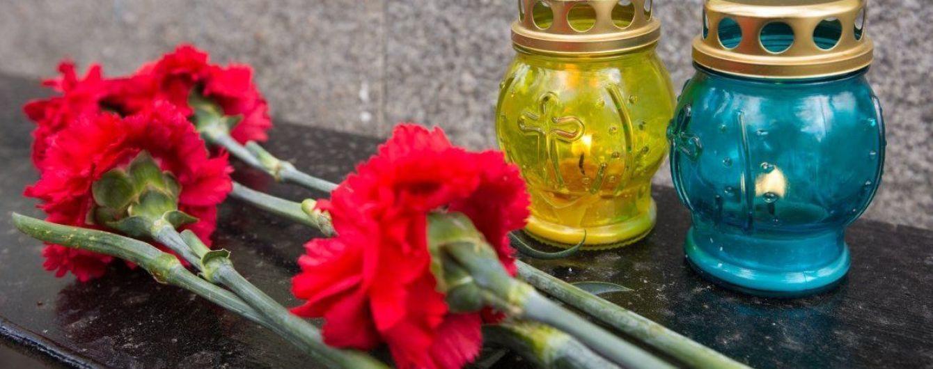 Цветочный бизнес на кладбище: женщина воровала цветы с могил бойцов АТО и продавала их