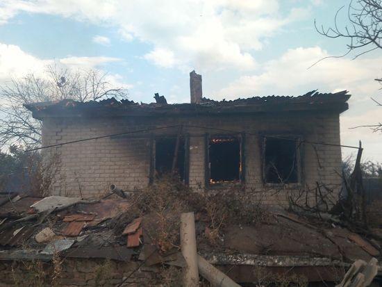 Бойовики обстріляли село на Луганщині, пошкодивши житловий будинок