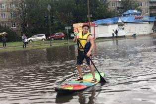 Накрыло авто, воды по пояс: в России мощный ливень буквально затопил Красноярск