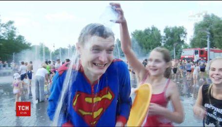 Сотні мешканців Дніпра зібрались на набережній, аби взяти участь у водній битві