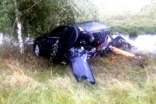 На Закарпатье авто разорвало пополам от удара об дерево
