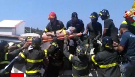 Рятувальники витягли з-під завалів дитину через 16 годин після землетрусу на острові Іскія