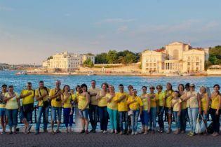Жителі анексованого Севастополя привітали Україну із державними святами патріотичним флешмобом