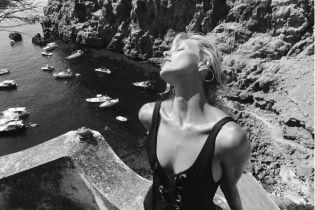 Популярные модели посветили обнаженной грудью на провокационных фотографиях