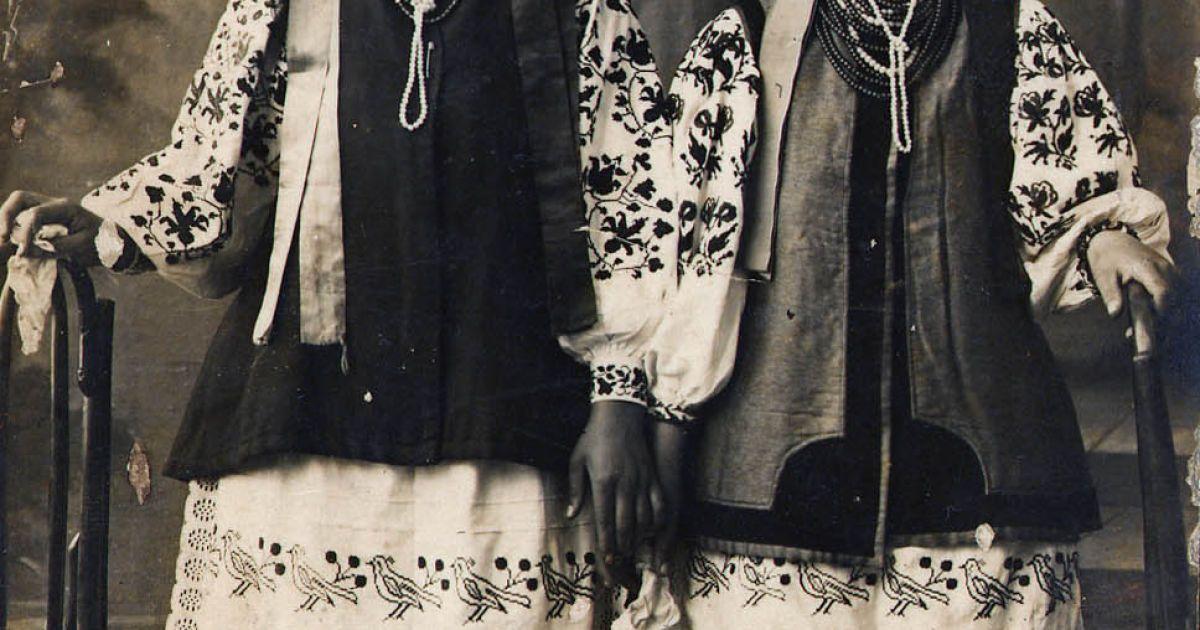 Дівчата в національному вбранні. І пол. ХХ ст. НЦНК