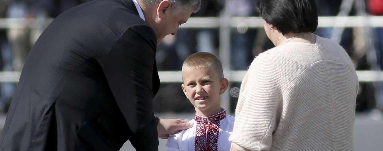 Сын погибшего капитана АТО со слезами на глазах принял награду своего отца