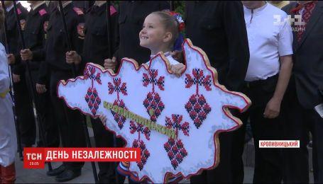 Прапор у небі молитви за мир: як в областях відсвяткували День Незалежності України