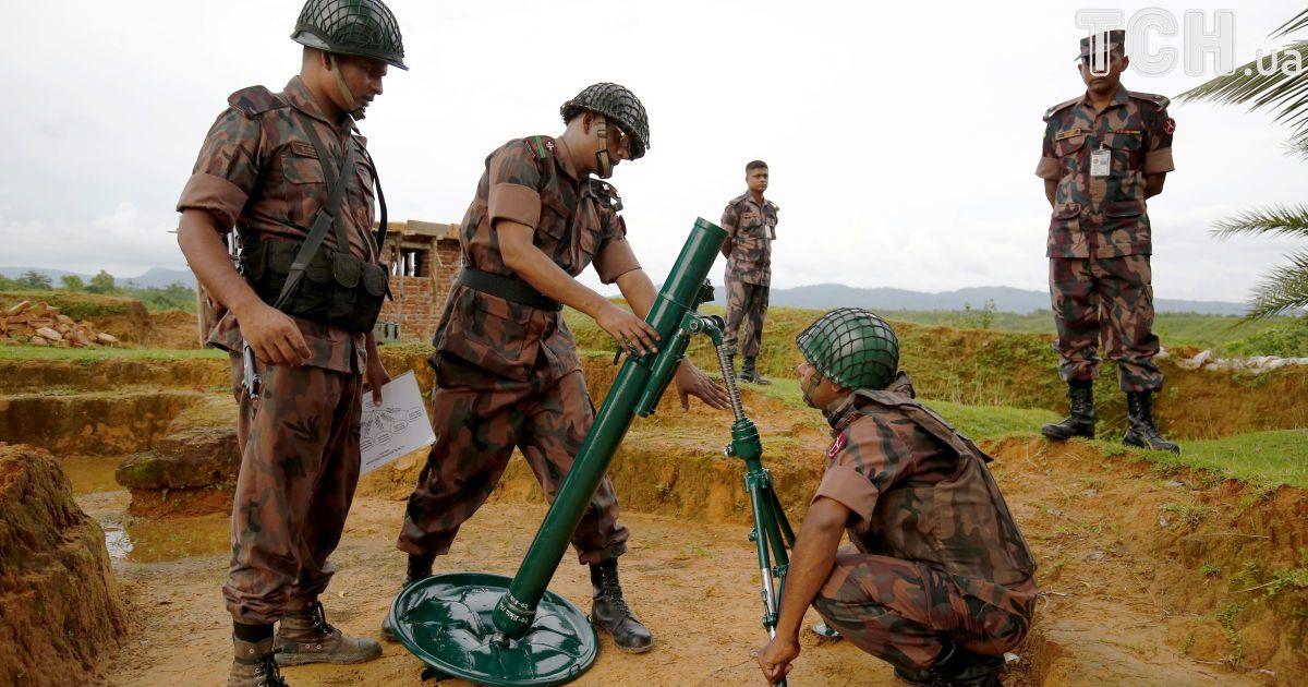 Бенгальські прикордонники не пропускають рохінья до своєї країни.