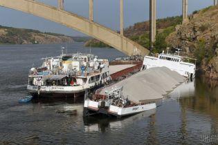 В Запорожье возле острова Хортица вторые сутки тонет грузовое судно с щебнем