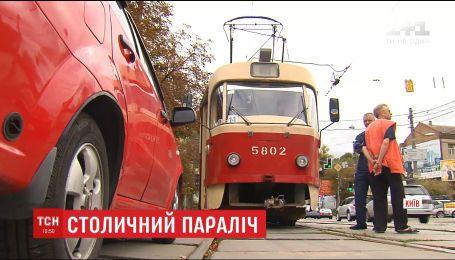 У Києві десятки трамваїв та сотні машин зупинились через неправильно припаркований автомобіль