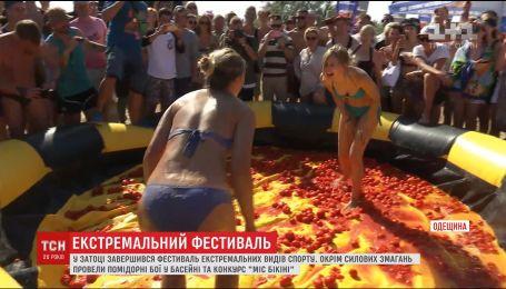 """Фестиваль Z-Games закрыли битвой помидорами в бассейне и конкурсом """"Мисс бикини"""""""