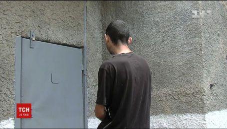 Полицейские задержали грабителей, когда те несли украденный из дома сейф к своему авто