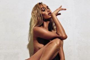 Сексуальная блондинка: модель Джоан Смоллс показала себя обнаженной