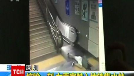 В Китае женщина упала в шахту эскалатора и выжила