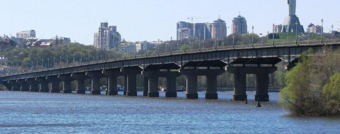 В Киеве частично перекрывают развязку возле моста Патона
