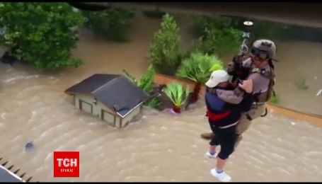 Смертельна стихія набирає обертів в США: рятувальники цілодобово дістають людей із затоплених домів