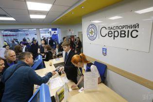 Керівник міграційної служби спрогнозував, коли зникнуть масштабні черги за закордонними паспортами