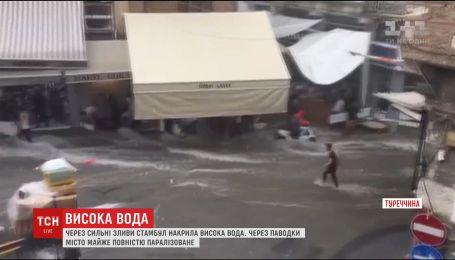Стамбул затопило: вода зносить торговельні палатки, вітер ламає гілля дерев
